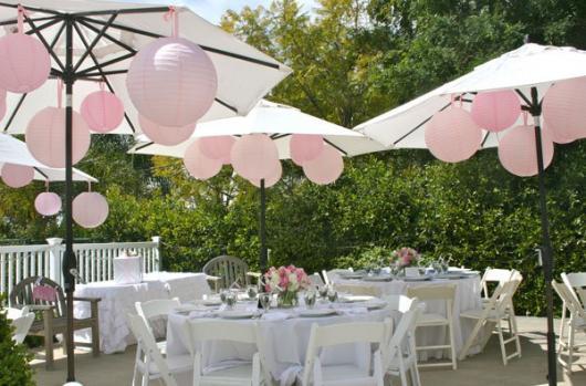 Chá de Casa Nova decoração ao ar livre com mesas brancas