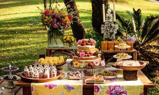 Chá de Casa Nova decoração ao ar livre com toalha de mesa florida