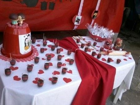 Chá de Casa Nova decoração vermelha e branca com doces de copinho