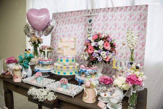 Chá de Casa Nova decoração rústica com painel florido