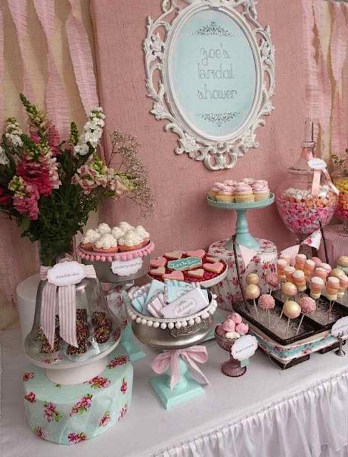 Chá de Casa Nova decoração rosa com cortina de papel crepom