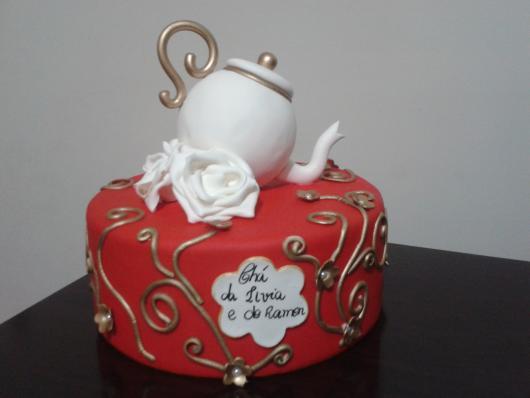 Chá de Casa Nova modelo de bolo decorado com pasta americana vermelha e bule branco