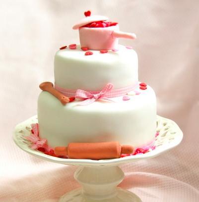 Chá de Casa Nova bolo decorado com pasta americana branca e topo no formato de panela