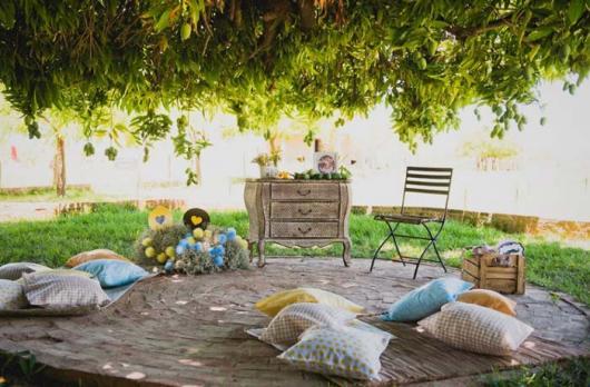 Chá de Casa Nova decoração rústica ao ar livre com almofadas