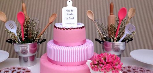 Chá de Panela Simples decoração roa com bolo fake e acessórios de cozinha