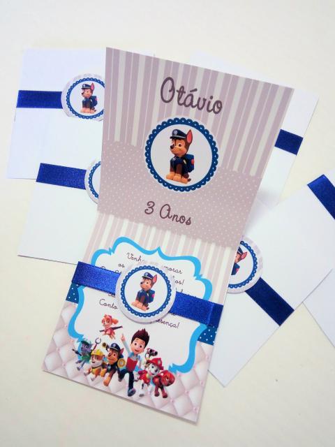 Convites Patrulha Canina scrap cinza e branco com feicho de fita azul e aplique de personagem