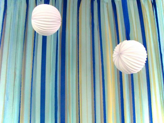 Cortina de Papel Crepom azul decorada com bolas brancas