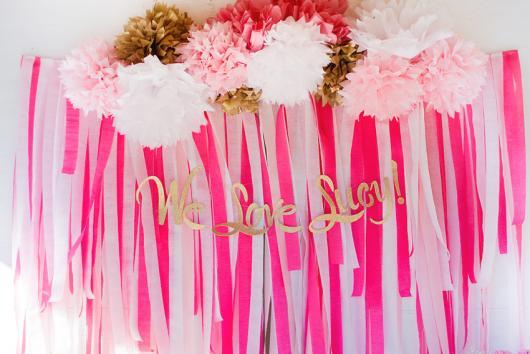 Cortina de Papel Crepom rosa com enfeites de papel crepom