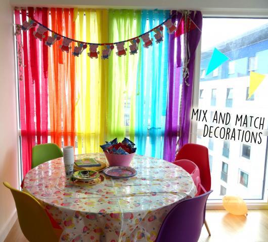 Cortina de Papel Crepom arco-íris decorada com varal de enfeites da Pepa Pig
