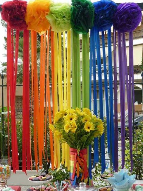 Cortina de Papel Crepom arco-íris com pompons