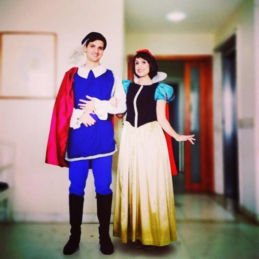 Fantasia Branca de Neve com o príncipe de fantasia azul