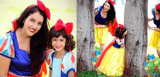 Fantasia Branca de Neve mãe e filha com tiara de laço vermelho grande
