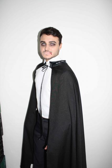 Fantasia de Vampiro masculina com capa preta feita em casa