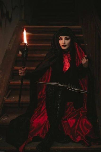 Fantasia de Vampiro feminina assustadora com capa vermelha e preta longa