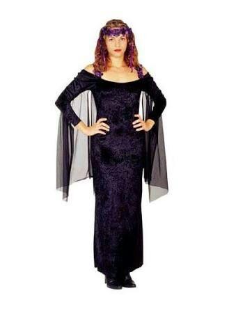 Fantasia de Vampiro feminina improvisada com vestido preto longo e capa de tule