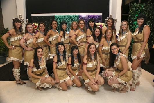 meninas com Fantasia Pocahontas