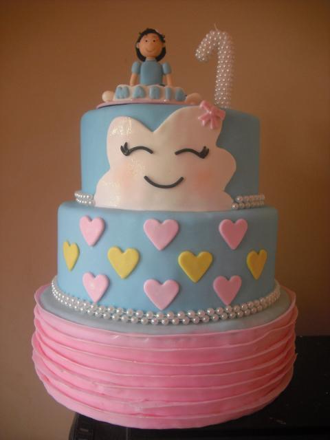 Festa Chuva de Amor bolo com 3 andares decorado com pasta americana