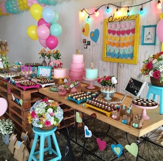 Festa Chuva de Amor decoração rústica colorida