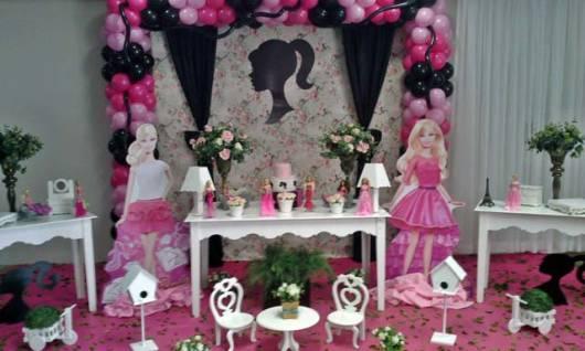 Festa da Barbie provençal com painel de flores