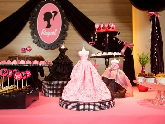 Festa da Barbie mesa decorada com mini vestidos