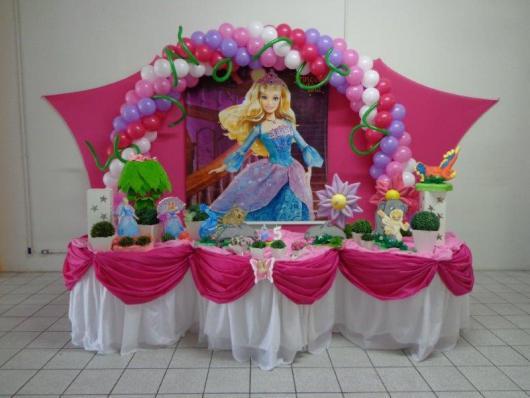 Festa da Barbie Princesa mesa decorada com tecido