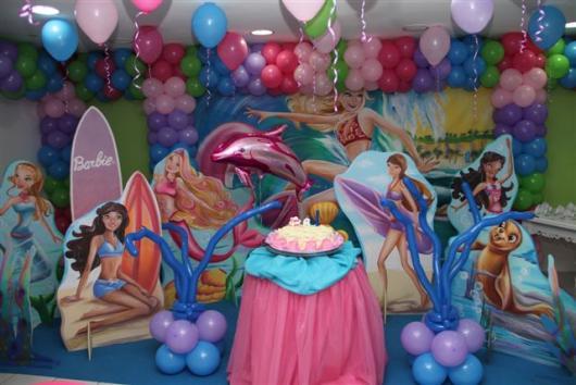 Festa da Barbie Sereia mesa principal decorada com tule