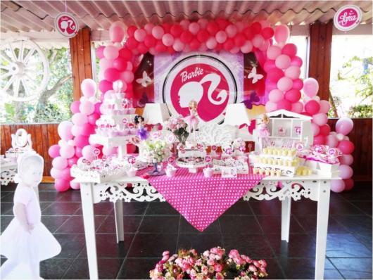 Festa da Barbie decoração com painel de bexigas