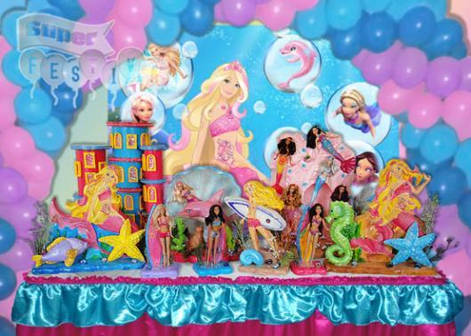 Festa da Barbie Sereia decoração com toalha de mesa de cetim