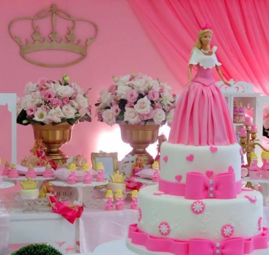 Festa da Barbie bolo com dois andares rosa e branco