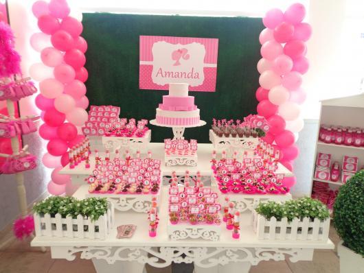 Festa da Barbie decoração com muro ingles