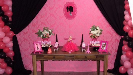 Festa da Barbie decoração preta e rosa com cortina