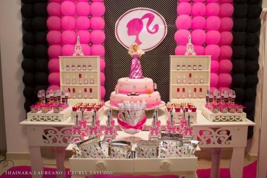 Festa da Barbie decoração com painel de poá