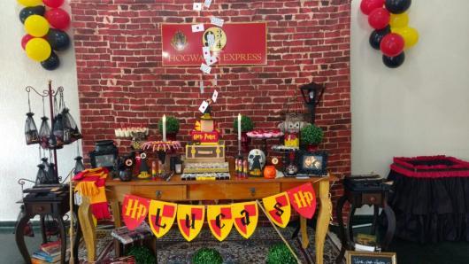 Festa Harry Potter decoração rústica com balões