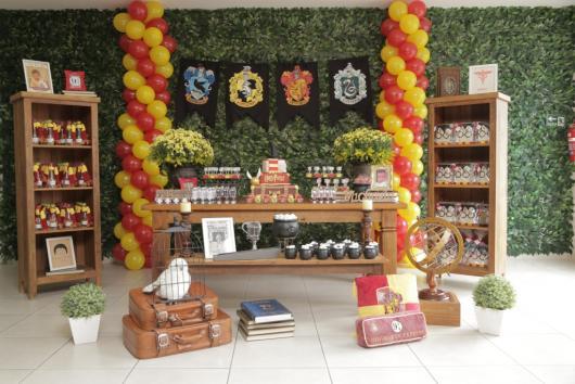 Festa Harry Potter decoração rústica com muro inglês