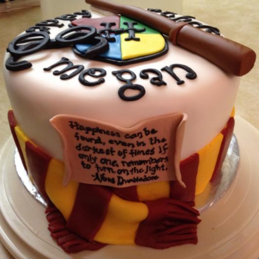 Festa Harry Potter bolo redondo decorado com varinha de pasta americana