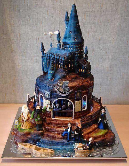 Festa Harry Potter bolo no formato do castelo com personagens de pasta americana