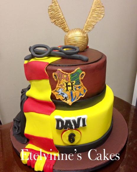 Festa Harry Potter modelo de bolo feito com pasta americana decorado com óculos do Harry e pomo de ouro