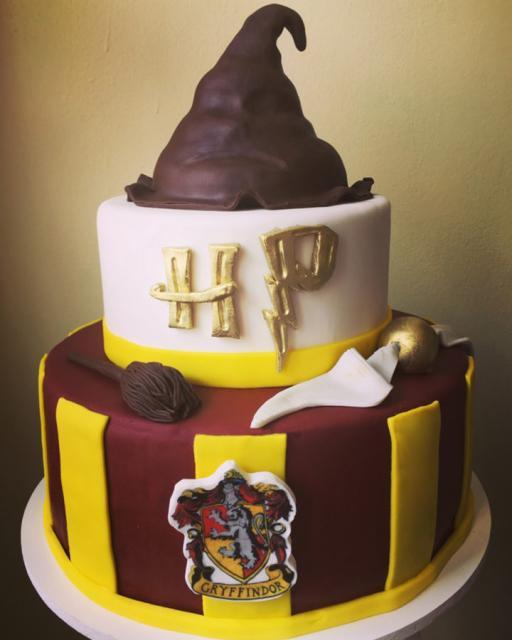 Festa Harry Potter modelo de bolo com 2 ndares e topo do chapéu seletor