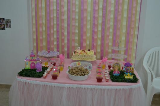 Festa Princesa decorada com cortina de fitas