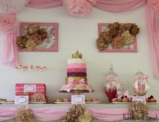 Festa Princesa simples decorada com TNT e flores de papel