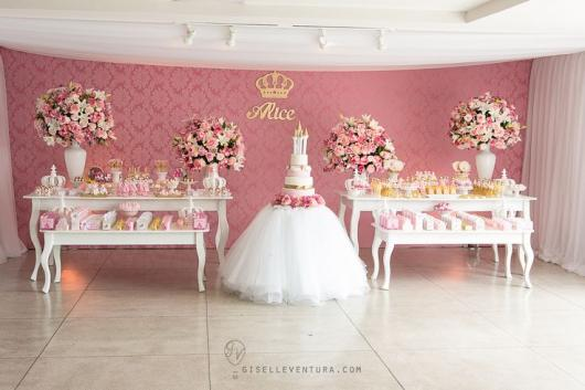 Festa Princesa de luxo com mesa decorada com tule a arranjos de flores