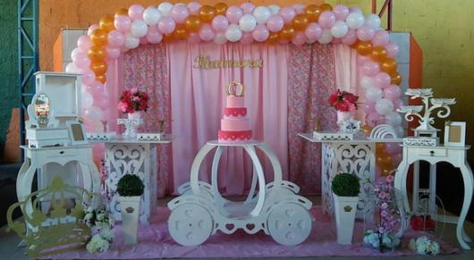 Festa Princesa provençal com arco de balões arosa branco e dourado