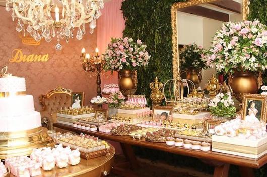 Festa Princesa rústica decorada com flores e lustre