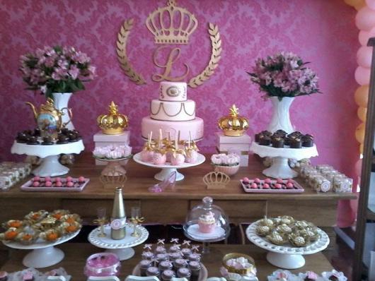 Festa Princesa rústica decorada com arranjos de flores e coroas douradas