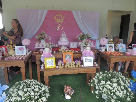 Festa Princesa rústica decorada com porta retrato grama sintética e flores