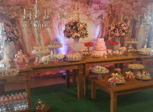 Festa Princesa rústica decorada com flores rosa