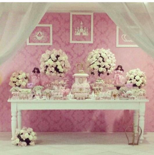 Festa Princesa provençal decorada com arranjos de flores e molduras de MDF