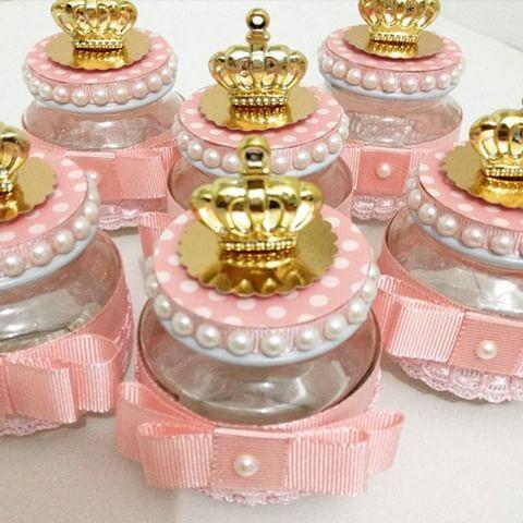 Festa Princesa modelo de lembrancinh feito com pote de papinha com aplique de laço e coroa
