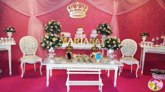 Festa Princesa de luxo com painél de coroa de MDF e nome da aniversariante na mesa