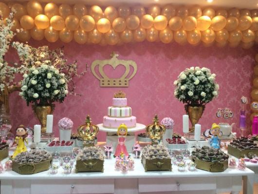 Festa Princesa rosa e dourado provençal com flores brancas
